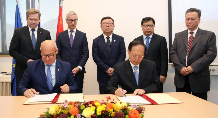 Predsednika olimpijskih komitejev Kitajske in Slovenije sta podpisala Sporazum o sodelovanju (foto: Aleš Fevžer)
